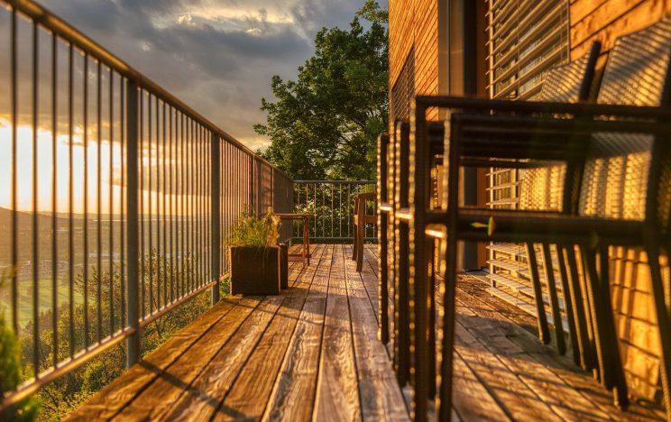 balkon drewniany meble
