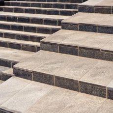 Co położyć na schody zewnętrzne zamiast płytek ?