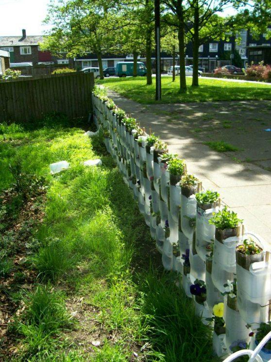 plot z plastikowych butelek
