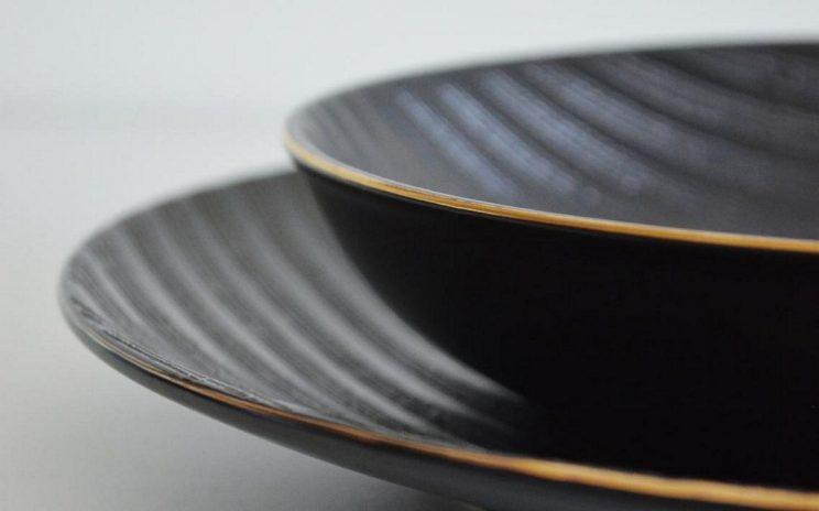 czarne talerze